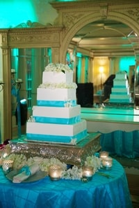 Blue accents on the wedding cake, room lighting, tablecloth, etc.